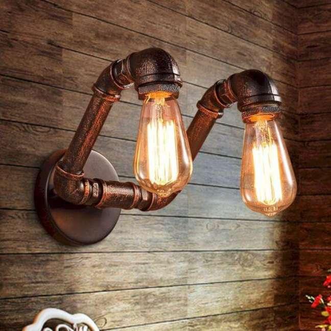95. Sala com arandela industrial dupla decorando a parede de revestimento amadeirado -Foto Futurista Architecture