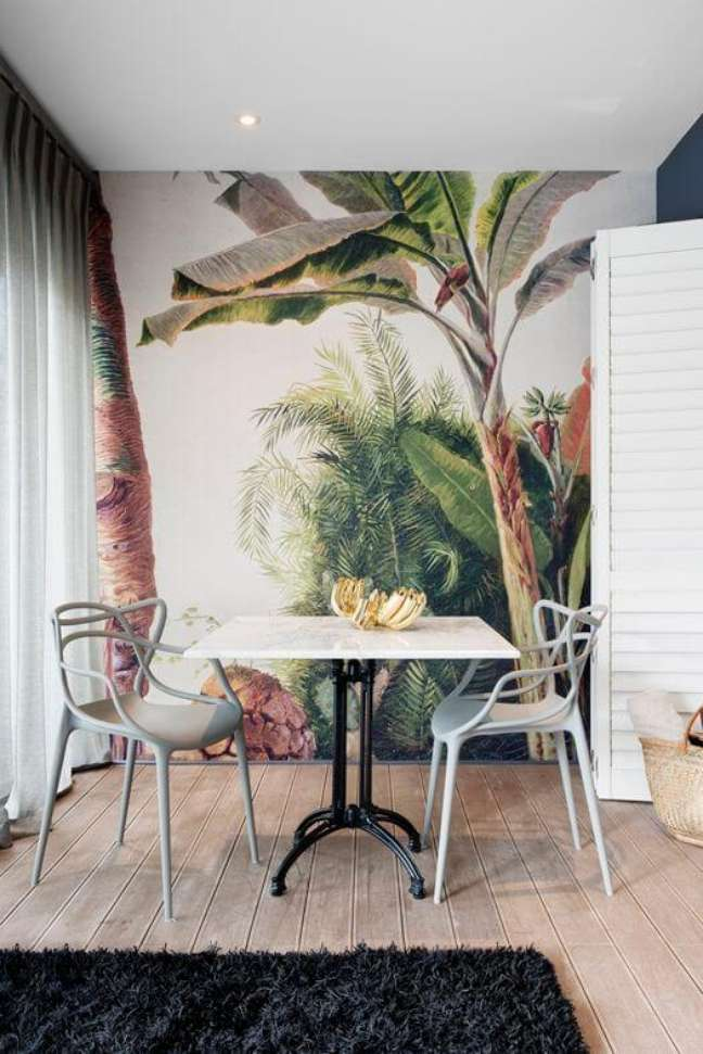 44. Parede de sala decorada com papel de parede de árvores colorido – Foto Arquitetas Express