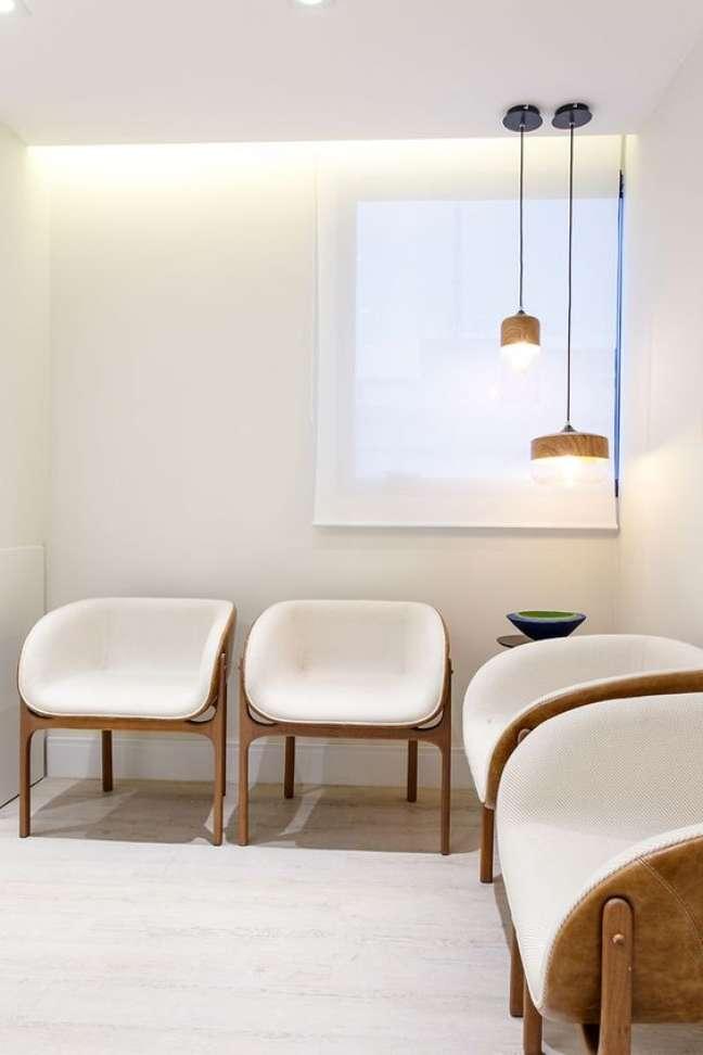 28. Cadeiras para sala de espera na cor branca e pendente – Fot oHabitare