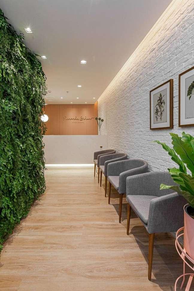 46. Sala de espera com cadeiras na cor cinza e parede verde – Foto Duda Senna