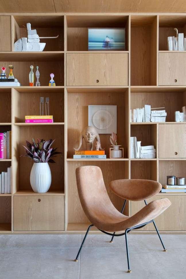 37. Parede de sala decorada com estante de madeira planejada – Foto Casa de Valentina