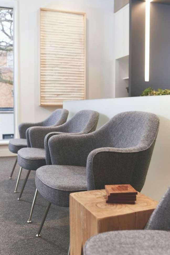 29. Cadeiras para sala de espera na cor cinza e confortáveis – Foto Off The Cusp
