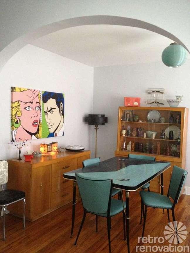 58. Parede de sala decorada com quadros retros coloridos – Foto Retrorenovation
