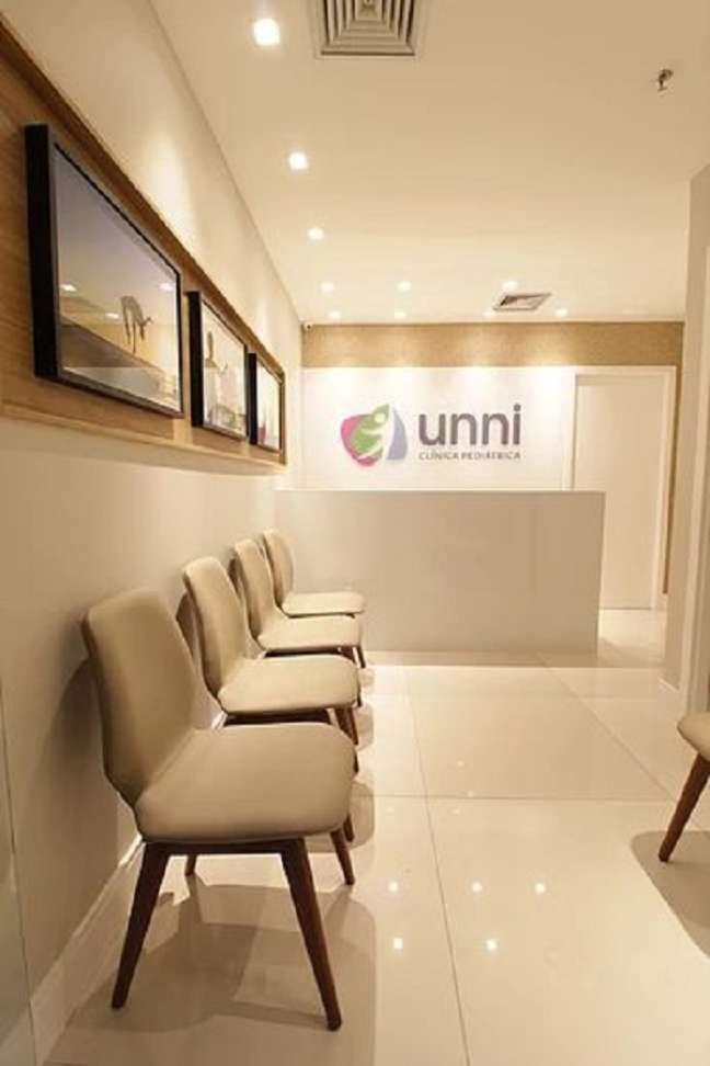 15. Sala de espera para clínica com cadeiras confortáveis – Foto Apsp Arquitetos