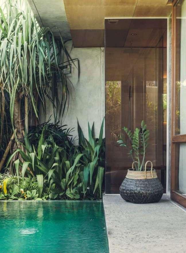 14. A piscina verde se mistura com as tonalidades da vegetação do jardim. Fonte: Pinterest