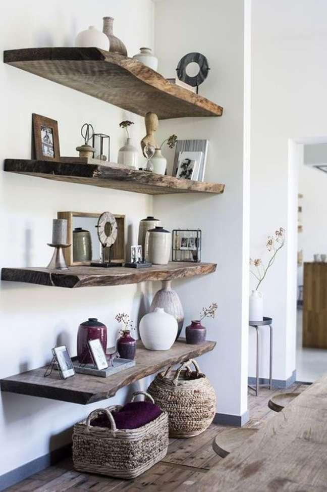108. Sala com prateleira rustica de madeira e enfeites rusticos – Foto Livemaster