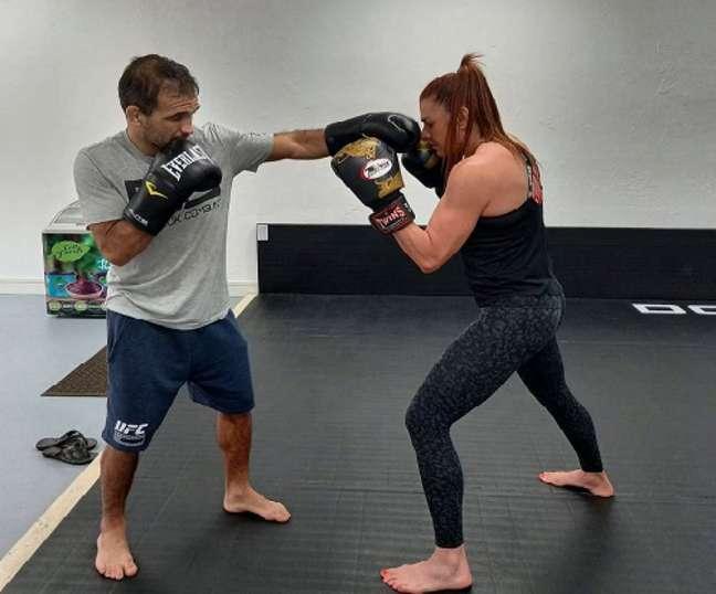Fernanda Caiado auxiliou a parte de trocação de Rani Yahya para duelo no UFC (Foto: Reprodução)