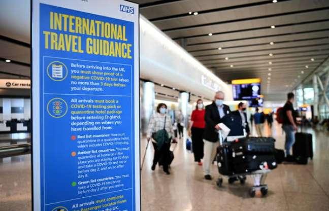 Painel com regras para turistas estrangeiros no Aeroporto de Heathrow