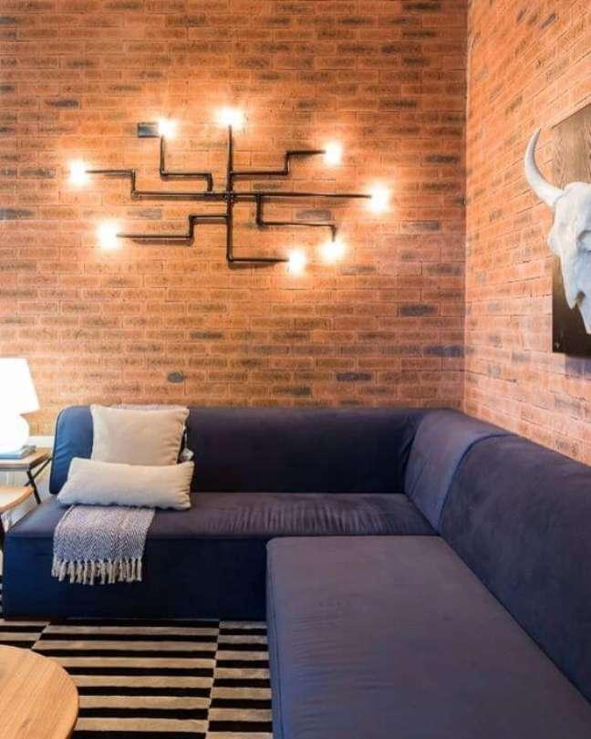 17. Parede de sala decorada no estilo industrial com arandela moderna e criativa – Foto Pinterest