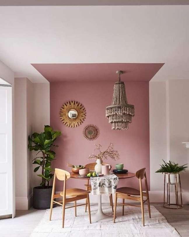 21. Parede decorada para sala de jantar com pintura setorizada em tons de rosa e espelhos pendurados – Foto Pinterest