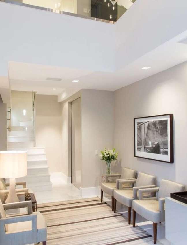 54. Sala de espera com poltronas confortáveis e paleta de cores suave – Foto Marilia Veiga Interiores