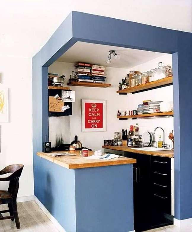 51. Decoração simples para cozinha estilo americana pequena com prateleiras de madeira – Foto: Pinterest