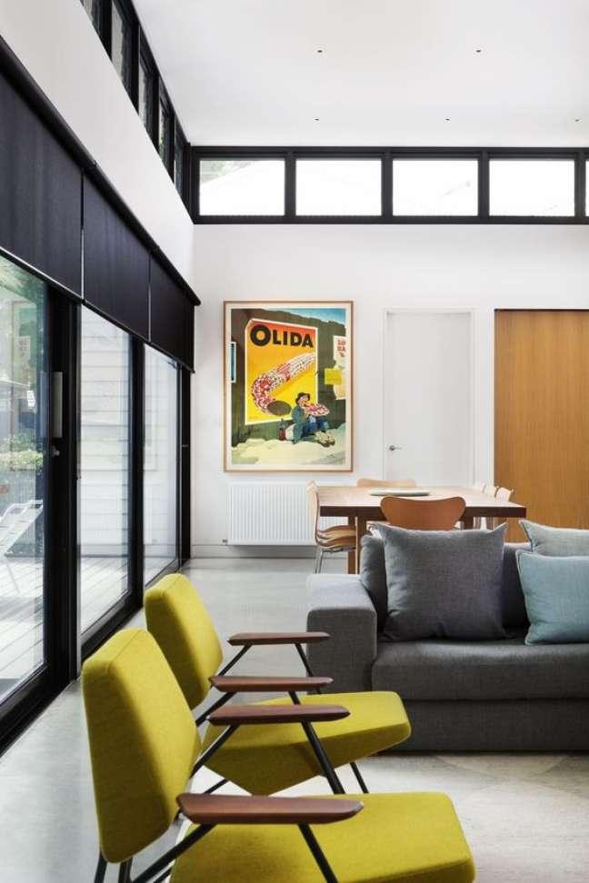 52. Parede de sala decorada com quadros coloridos que combinam com os móveis – Foto Love Light