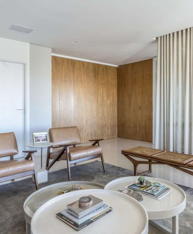 56. Sala de espera com poltronas de couro e mesa de centro redonda – Foto Pinterest