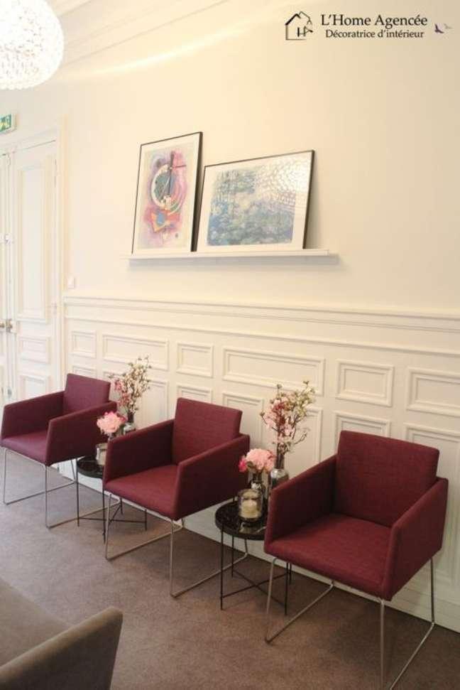 36. Poltronas marsala para sala de espera chique – Foto Home Agencee