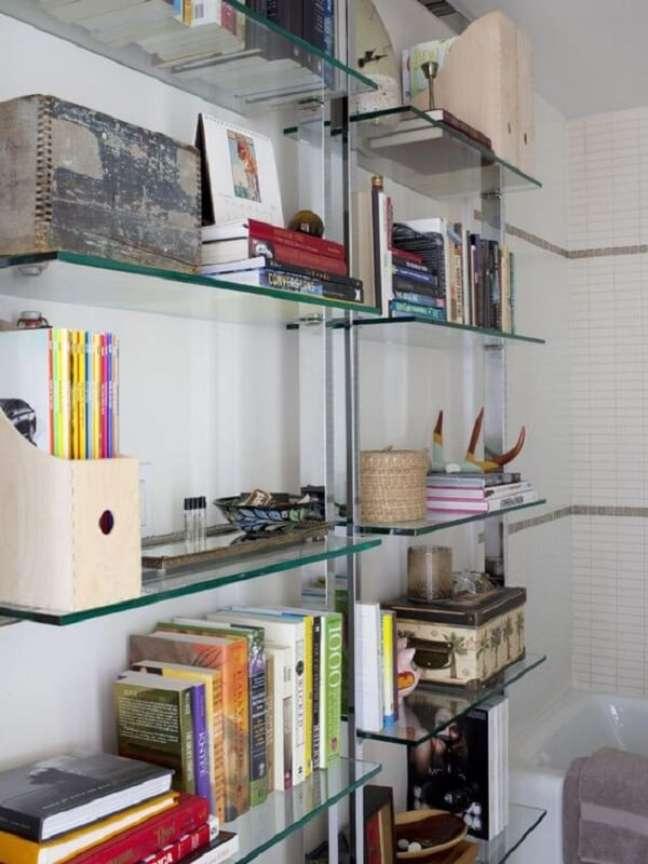 48. Você pode enfeitar sua estante de vidro de diferentes maneiras. Fonte: Pinterest