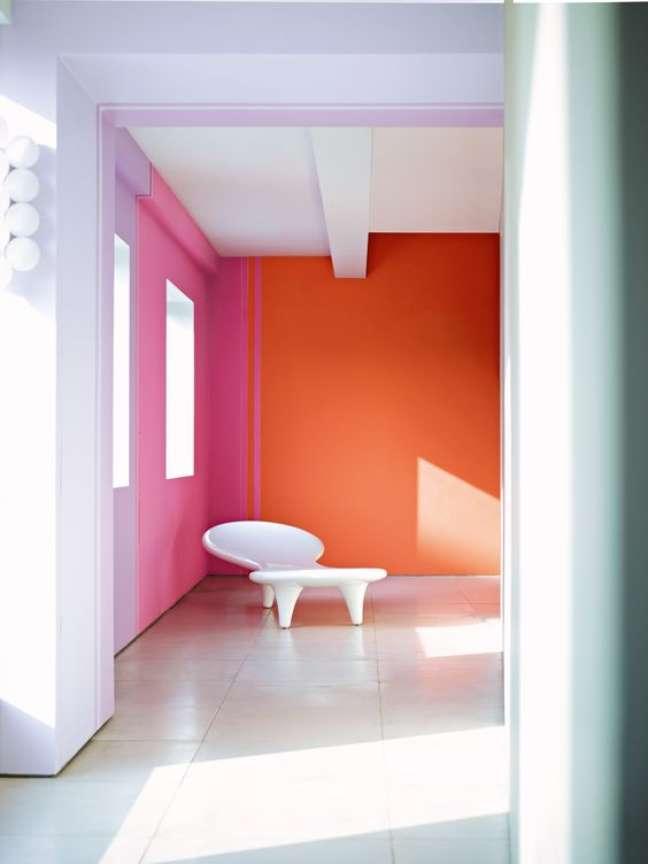 111. Sala cor coral e rosa na parede decorada – Foto Pinterest