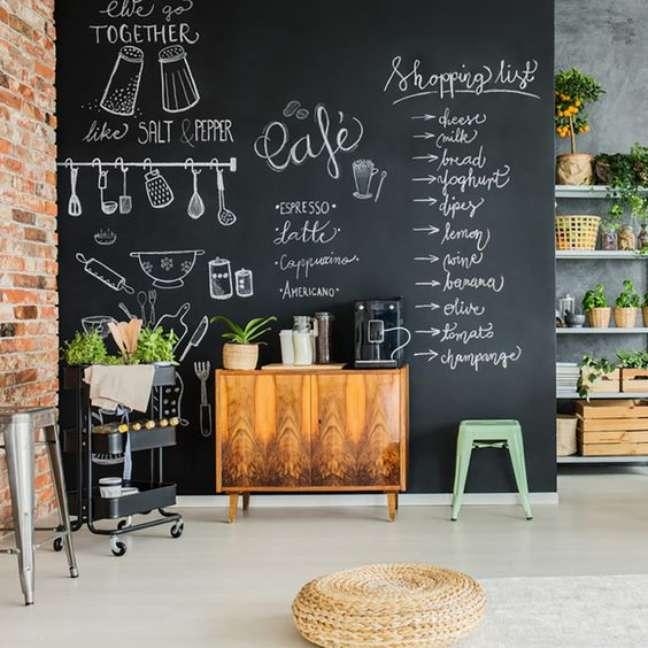 13. Sala de jantar com tinta lousa preta – Foto Taste of Home