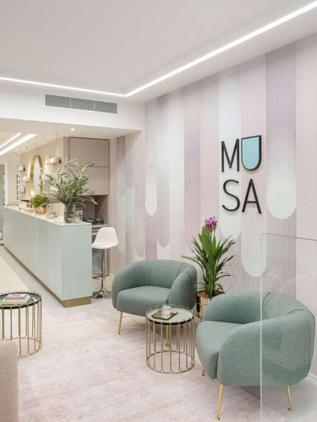 3. Sala de espera de escritório com poltrona verde claro – Foto AD Russia