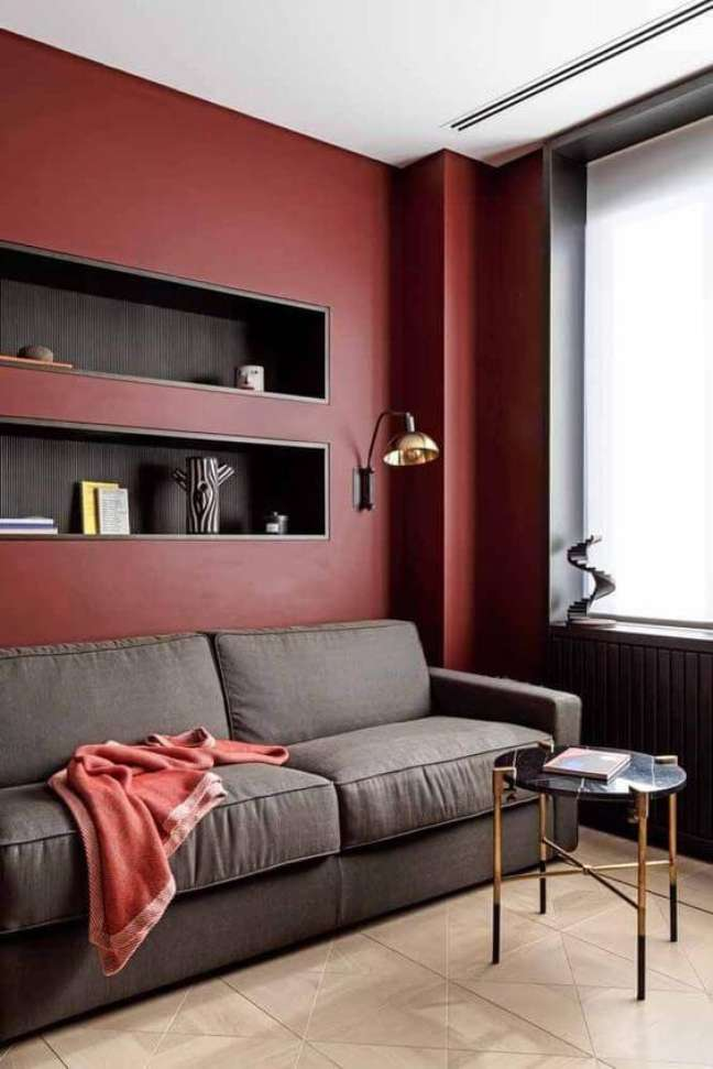 113. Sala cor vinho e cinza para parede com nicho preto – Foto Revista VD
