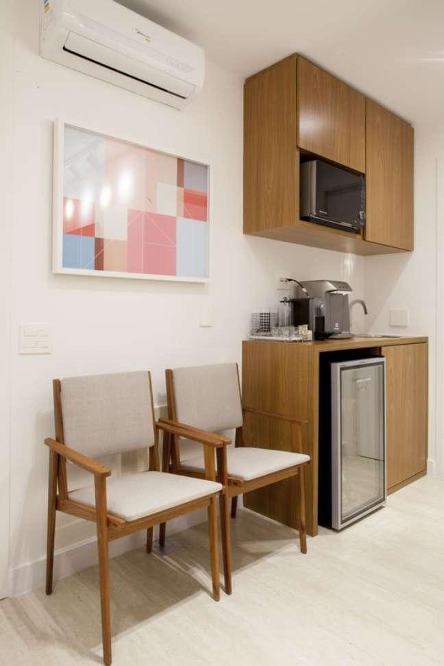 10. Cadeiras para sala de espera com aparador para café – Foto Kwartet Arquitetura