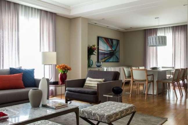 88. Sala grande decorada com sofá e poltrona de couro – Projeto Marília Veiga Interiores