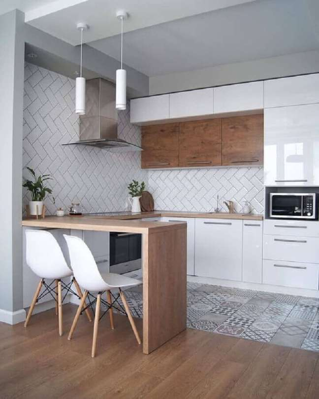 31. Cozinha estilo americana decorada com piso antigo e metro white escama – Foto: Côté Maison