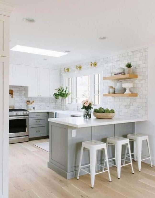 27. Cores claras para decoração clássica de cozinha planejada estilo americana cinza e branca – Foto: Pinterest