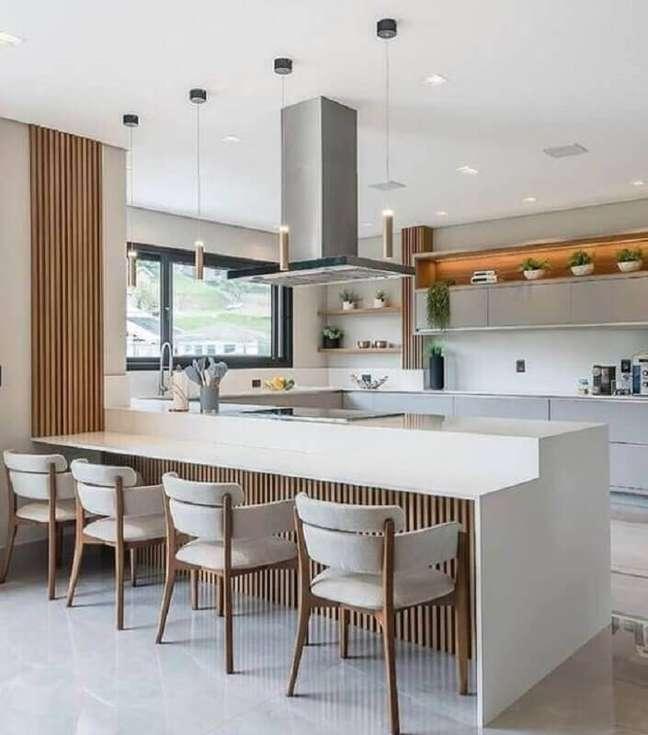 44. Decoração em cores claras para cozinha planejada estilo americana com cadeira estofada para bancada – Foto: Jeito de Casa