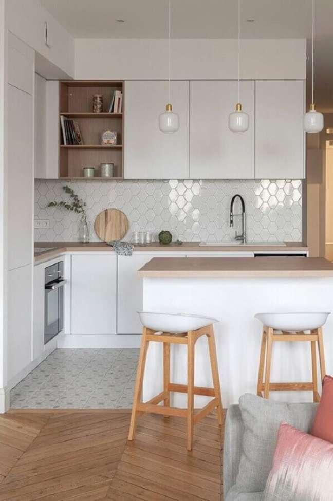 1. Cozinha estilo americana branca decorada com bancada de madeira e revestimento geométrico – Foto: Côté Maison
