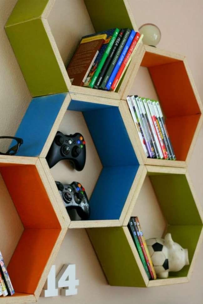 42. Parede de sala decorada com nichos coloridos para guardar jogos e enfeites – Foto Pinterest
