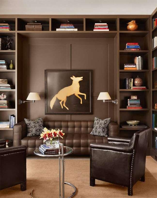 123. Sala de estar com tons de marrom e poltrona de couro – Foto Pinterest