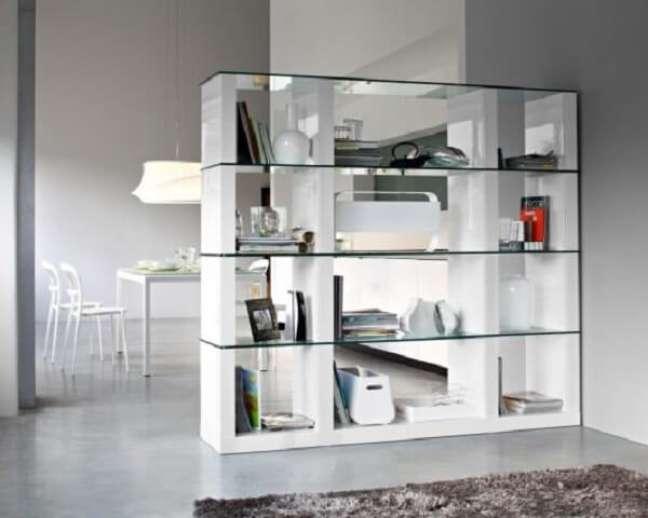 16. A estante de mármore e vidro também é uma opção sofisticada do mercado. Fonte: Pinterest