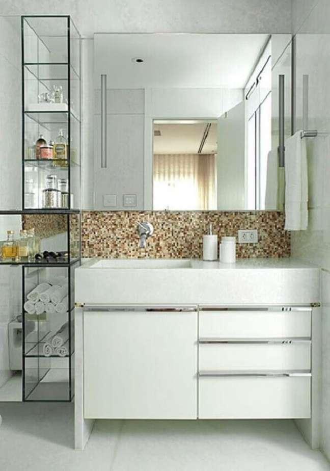 12. A estante com prateleiras de vidro decora o banheiro. Fonte: Pinterest