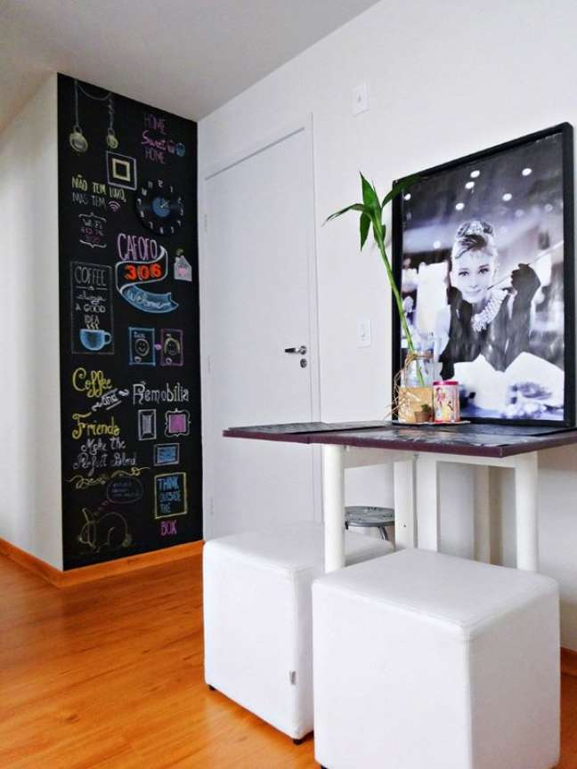 121. Sala de estar com tinta lousa preta colorida e quadro preto e branco – Foto Pinterest