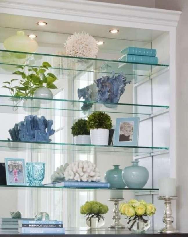 6. Os spots de luz deixam a estante de gesso com vidro ainda mais linda. Fonte: Pinterest