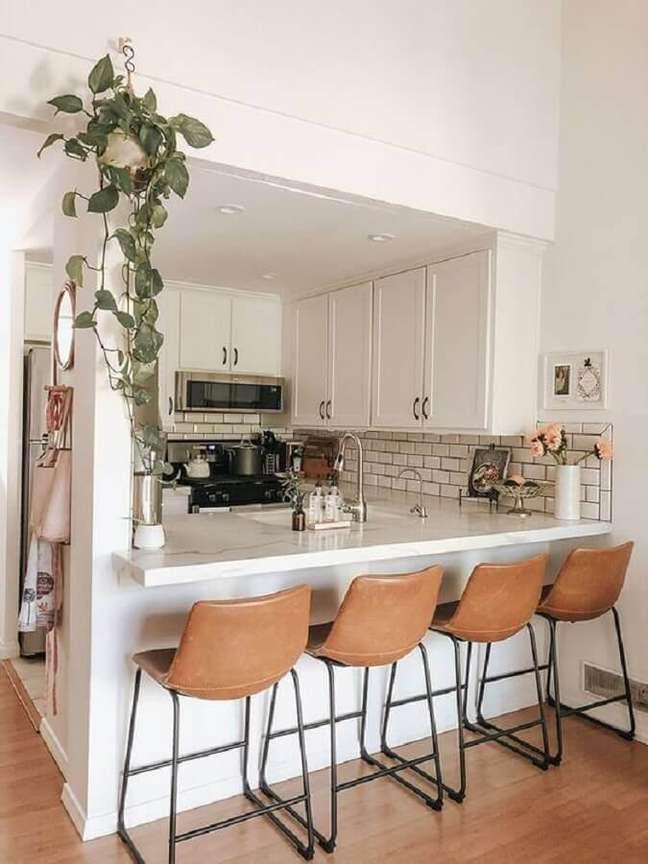 21. Banqueta de couro para decoração de cozinha estilo americana branca planejada – Foto: Pinterest