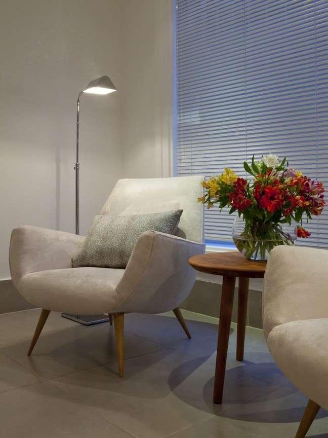 53. Sala de espera com poltronas cinza e mesa de centro com vaso de plantas – Foot Habitissimo