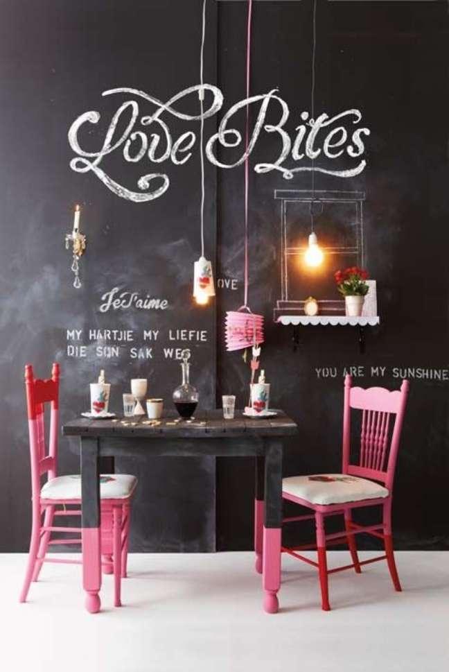 76. Sala de jantar com tinta lousa preta – Foto Pinterest