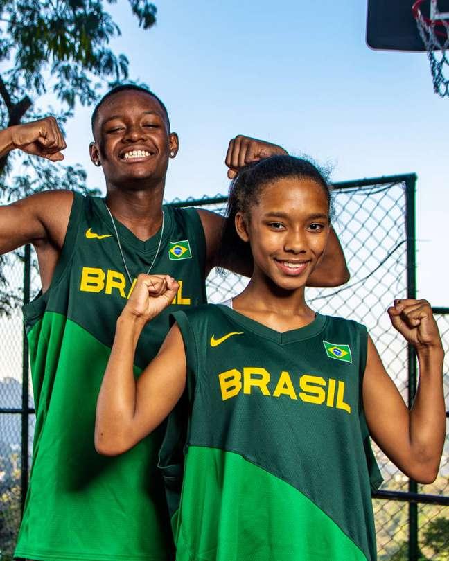 Crianças com o novo uniforme da Seleção Brasileira de basquete. (Foto: Divulgação/Diego Maranhão)
