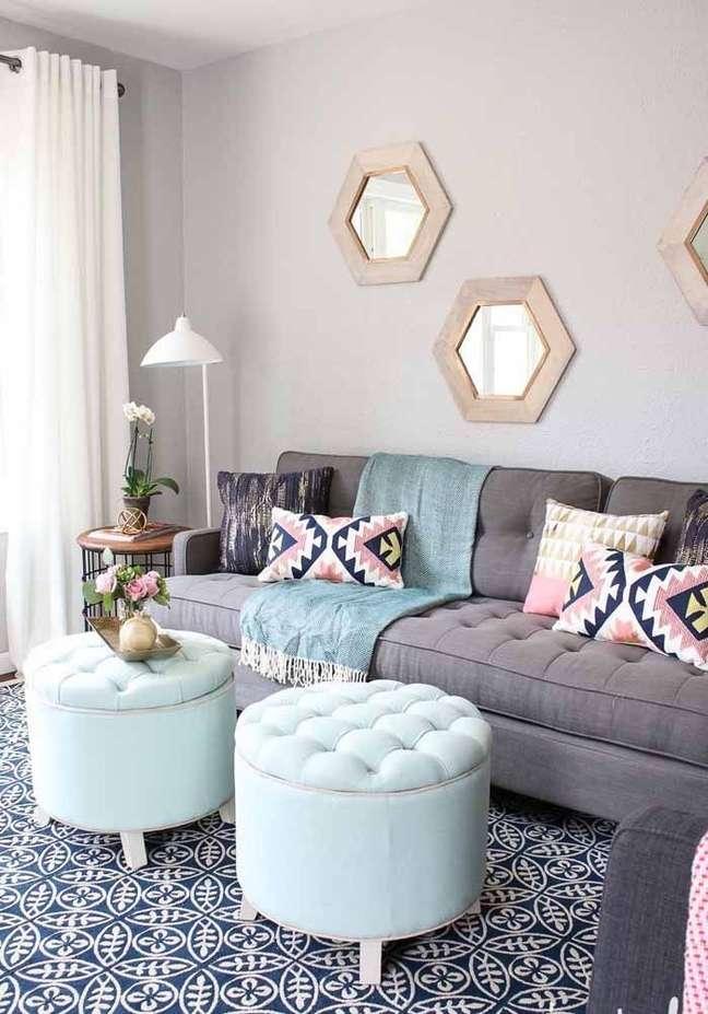 91. Sala moderna com puff bau azul claro – Foto Pinterest