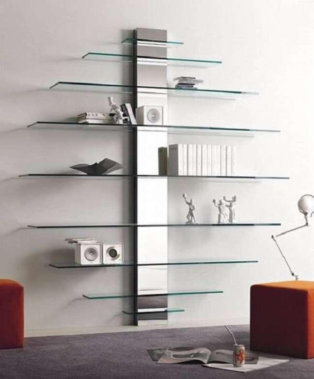 3. Estante de vidro para parede com design moderno. Fonte: Pinterest