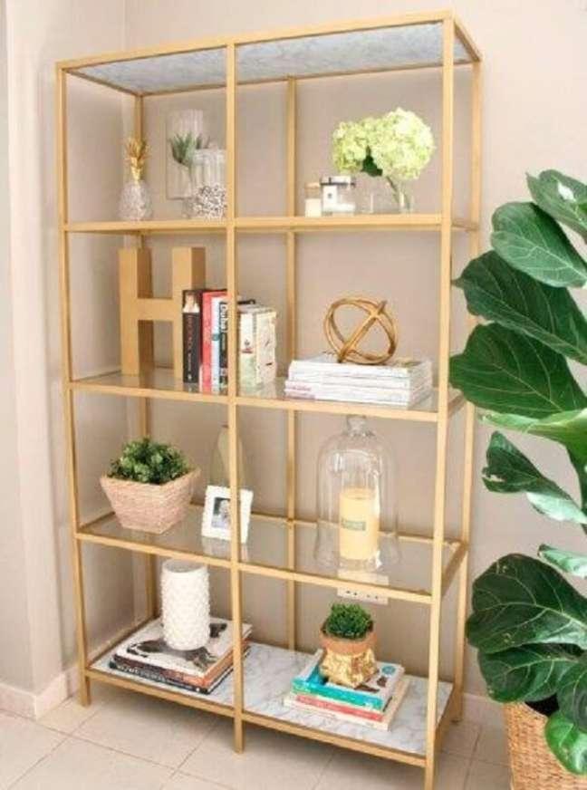 31. Decore e organize o ambiente com a estante de vidro. Fonte: Pinterest