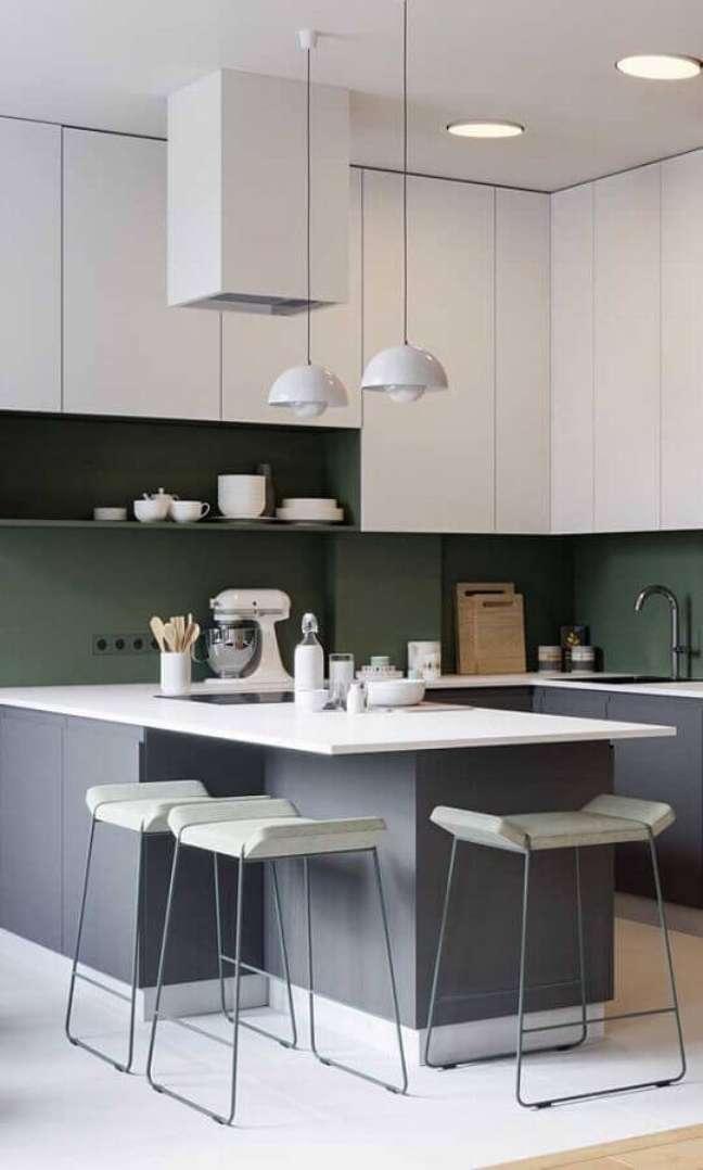 14. Armários planejados para decoração de cozinha estilo americana cinza e branca – Foto: Behance