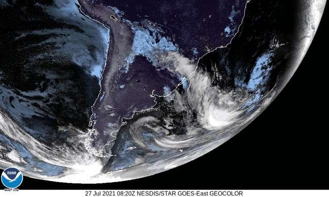 Imagem de satélite mostra avanço da massa de ar frio da Antártida rumo à América do Sul