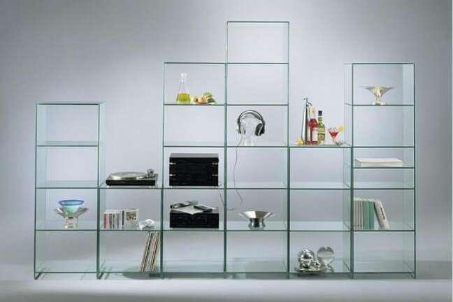 2. A estante de vidro para sala traz um toque clean para a decoração. Fonte: Pinterest
