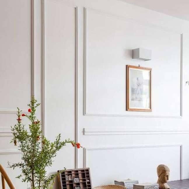 38. Parede de sala decorada com moldura de gesso e quadros delicados – Foto Refresher