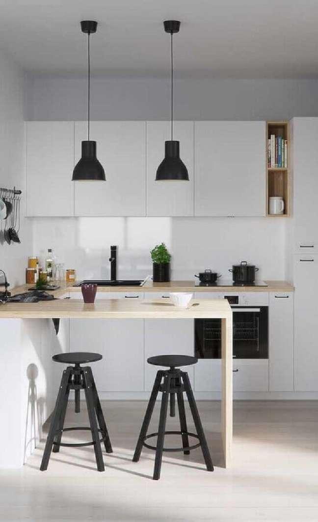 15. Bancada de madeira clara para decoração de cozinha estilo americana branca com pendente preto – Foto: Pinterest