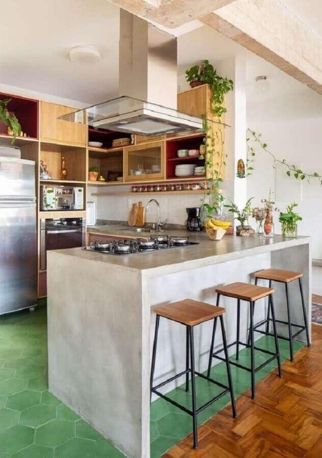 2. Banqueta estilo industrial para decoração de cozinha estilo americana com bancada de concreto – Foto: Histórias de Casa