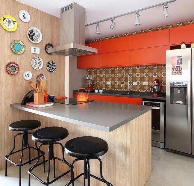 13. Armário laranja para decoração de cozinha planejada estilo americana com bancada cinza – Foto: Pinterest